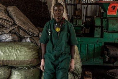 Étienne huyó de la violencia en Burundi, y ahora trabaja en una pequeña fábrica en Uganda, dedicada a la manufactura de briquetas de combustible a partir de residuos agrícolas.