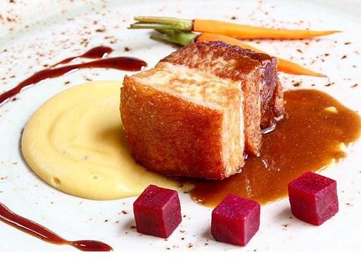 Chicharrón de cerdo cocido al vacío sobre puré de plátano con vainilla, encurtidos de remolacha y zanahoria y salsa de vino de manzana