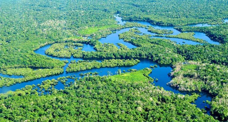 Los ecosistemas de agua dulce del Amazonas forman una amplia red de ríos, lagos y llanuras aluviales. Los ciclos de inundaciones anuales ayudan a conectar los hábitats de agua dulce. Foto © Neil Palmer/CIAT para CIFOR, bajo licencia Creative Commons de Atribución-NoComercial-SinDerivadas 2.0 Genérica