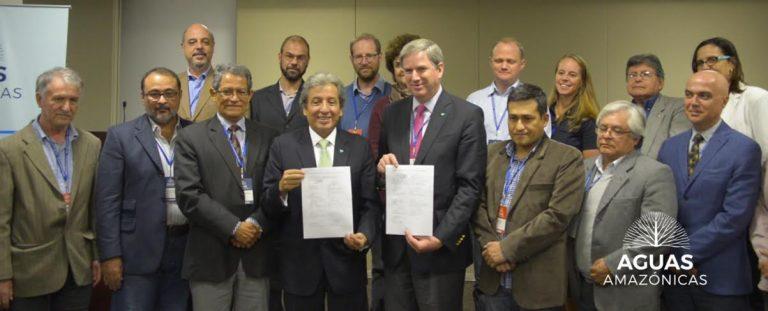 Las instituciones se comprometen con el nuevo modelo de desarrollo de la Amazonía. Los que sostienen el documento son: a la izquierda, el entonces ministro del Ambiente peruano, Manuel Pulgar-Vidal; y a la derecha, Cristián Samper, director de WCS. Fotografía: WCS.