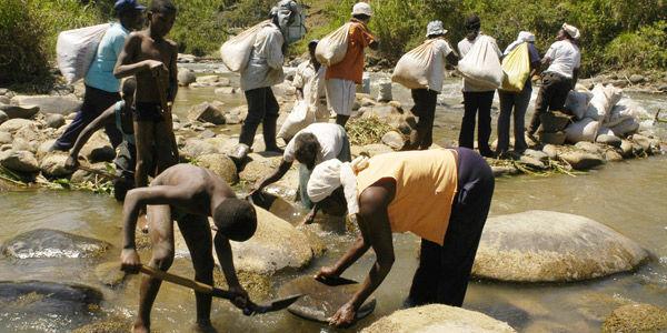 Los trabajadores en la minas ilegales manipulan el mercurio sin ningún tipo de protección. Fotografía del diario El Tiempo.