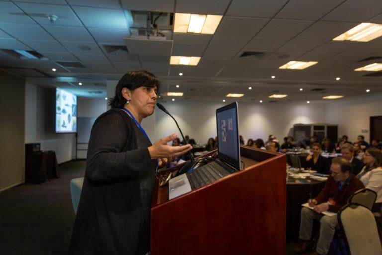 Dra. Marcela Núñez Avellaneda, Investigadora del Instituto Amazónico de Investigaciones Científicas (SINCHI) de Colombia exponiendo su investigación en la conferencia internacional Aguas Amazónicas de WCS. Foto: WCS.