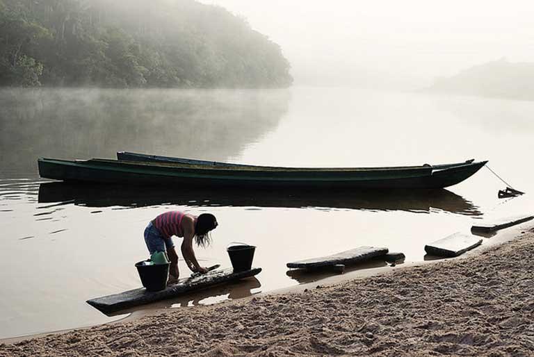 Un asentamiento de la tribu Munduruku en el río afluente del Tapajós. Muchos pueblos indígenas y asentamientos ribereños no están a favor de que se construya la represa de São Luiz do Tapajós. Foto de Gabriel Bicho en Flickr