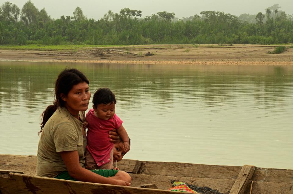 Mujer Tsimane e hijos reposan a orillas de Torewa sobre el rebalse del río Beni. Foto: Eduardo Franco.