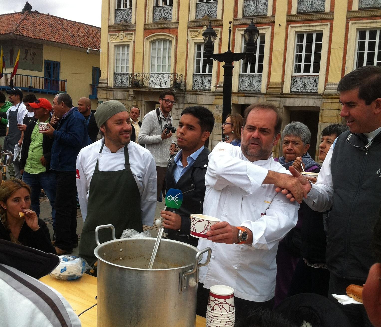 De izquierda a derecha: Eduardo Martínez de Mini-Mal, Harry Sasson y el padre Daniel Saldarriaga, director del Banco de Alimentos, sirviendo sancocho en la Plaza de Bolivar como símbolo del compromiso de los cocineros colombianos con la soberanía alimentaria