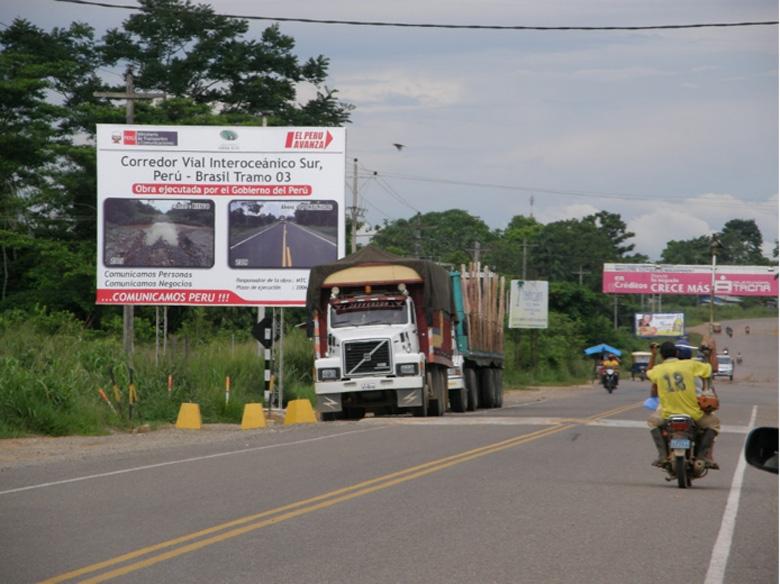 Se construyen nuevas autovías que atraviesan la cuenca del Amazonas, y las poblaciones humanas se extienden junto a los caminos. Foto de George Olah.