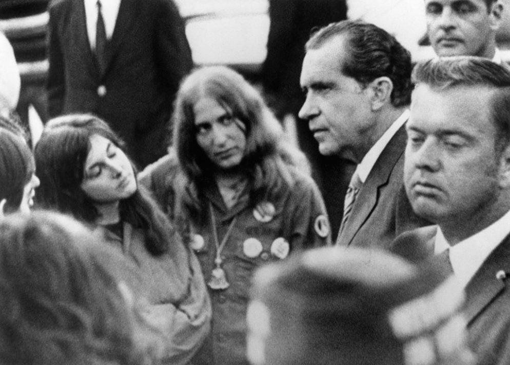 El entonces Presidente Nixon en su encuentro con estudiantes universitarios, en el Lincoln Memorial. Fotografía de Bettmann/Corbis.
