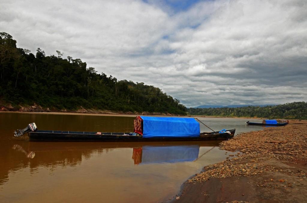 Botes de mineros ilegales en la Reserva Pilón Lajas. Foto: Eduardo Franco Berton.