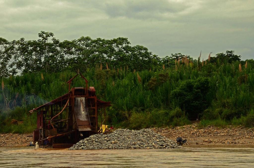 Dragas sobre el río Beni. Foto: Eduardo Franco Berton.