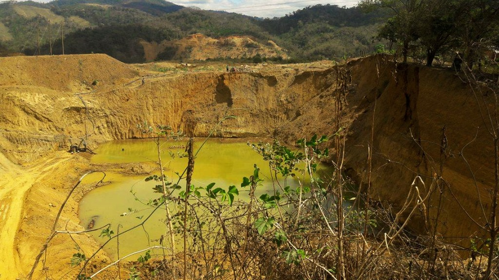 Excavación minera detrás de la propiedad de Henry Apuri. Foto: Henry Apuri.