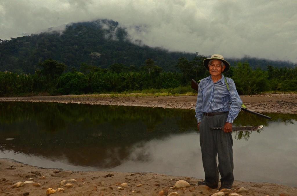 Pedro Espinoza en el arroyo Liquimuni donde fue atacado por la manta raya. Foto: Eduardo Franco Berton.