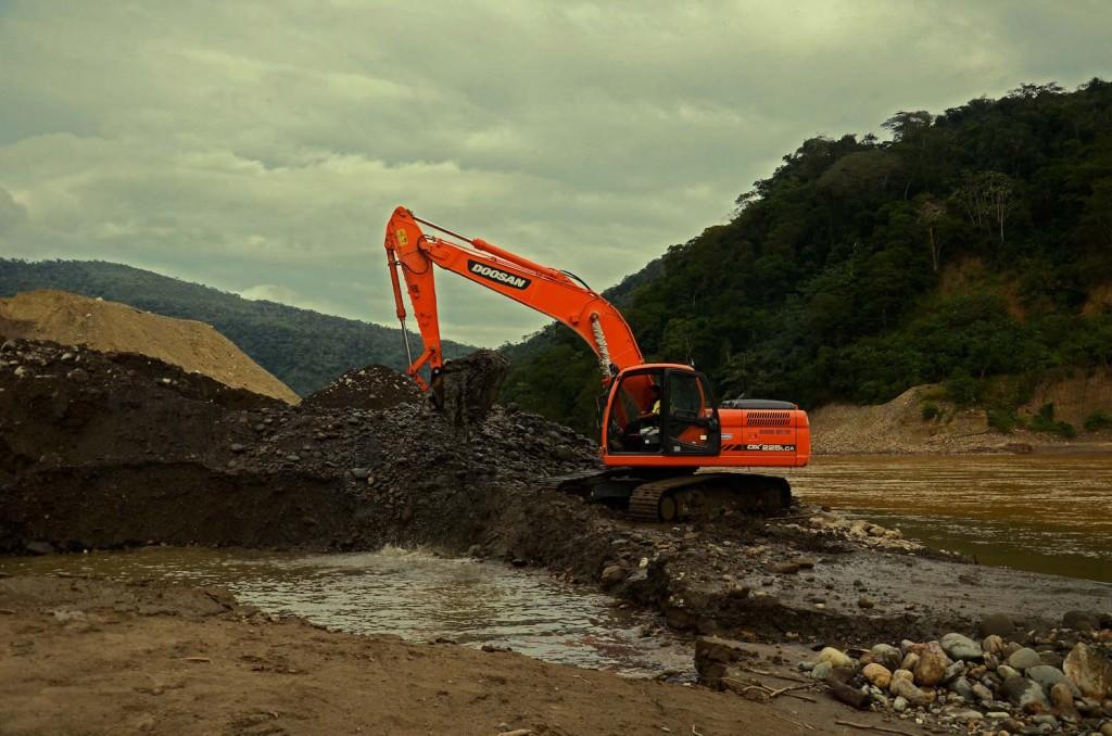 Minería con mecanización al borde del río Kaka en el municipio de Guanay. Foto: Eduardo Franco Berton.