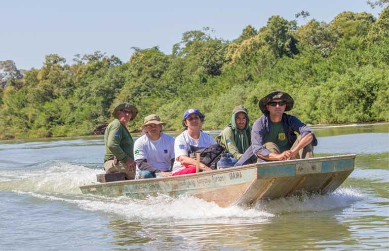 Un equipo de control del Programa de Conservación de Tortugas del Río Amazonas, una iniciativa del organismo medioambiental de Brasil, IBAMA, que ha operado por alrededor de cuarenta años. Foto cortesía: Roberto Lacava.