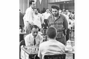 """Foto para la historia, el colombiano Boris de Greiff jugando contra Boris Spassky en el torneo Capablanca en La Habana, 1962, observa Ernesto """"Che"""" Guevara. Archivo El Espectador."""