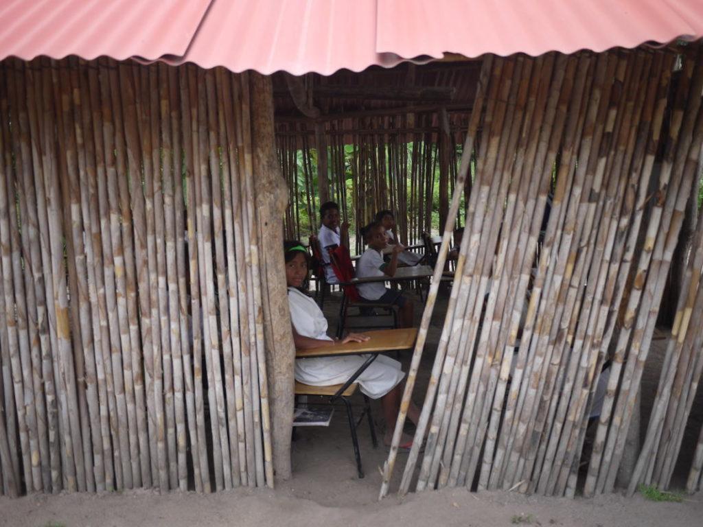 Niños Wiwa estudian en una escuela de la comunidad. Foto de Laura Dixon.