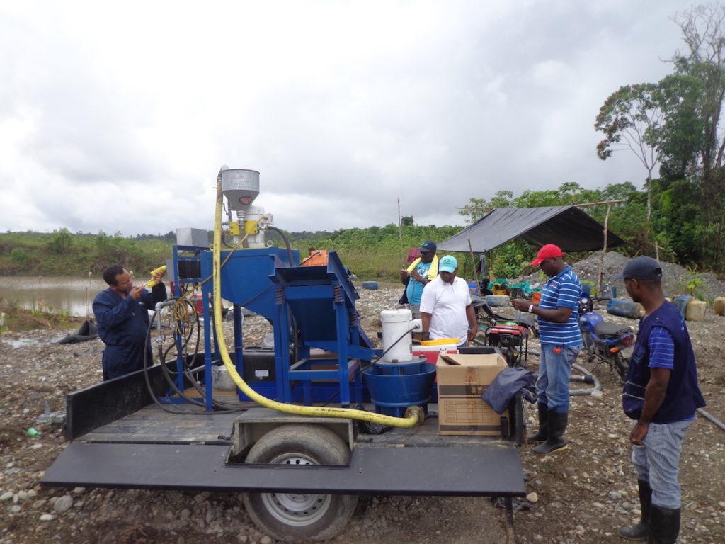 Prueba piloto de máquina que reemplaza el uso de mercurio en la extracción del oro. Foto: Codechocó