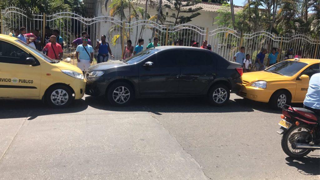 Taxistas chocan e interceptan vehículo particular en el barrio Daniel Lemaitre de Cartagena.