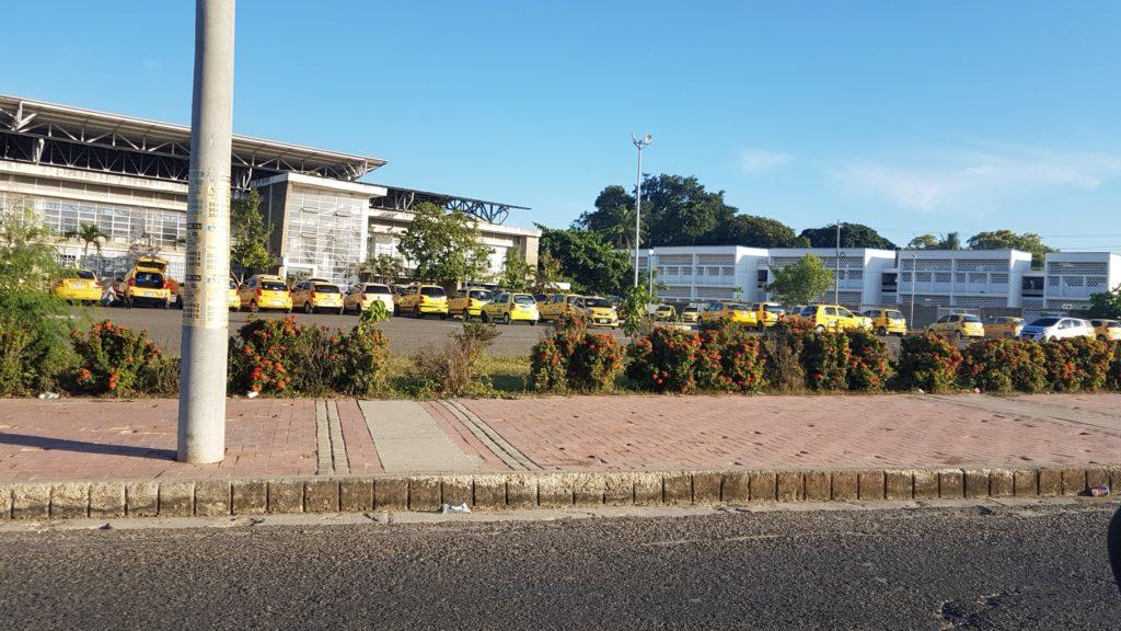 Más de 70 taxistas reunidos en el coliseo de Combate planeando estrategias para enfrentar a UBER