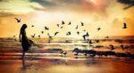 paisaje-mar-mujer-pateando-olas-y-pajaros