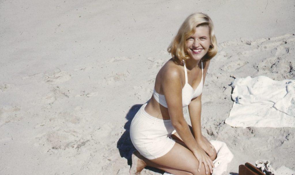 Sylvia Plath en la playa en 1953.