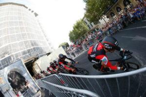 El BMC liderado por Rohan Dennis, ganadores de la primera etapa.