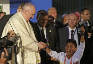 El Papa Francisco con jóvenes de IDIPRON en Bogotá, quienes le regalaron una ruana colombiana para el frío.