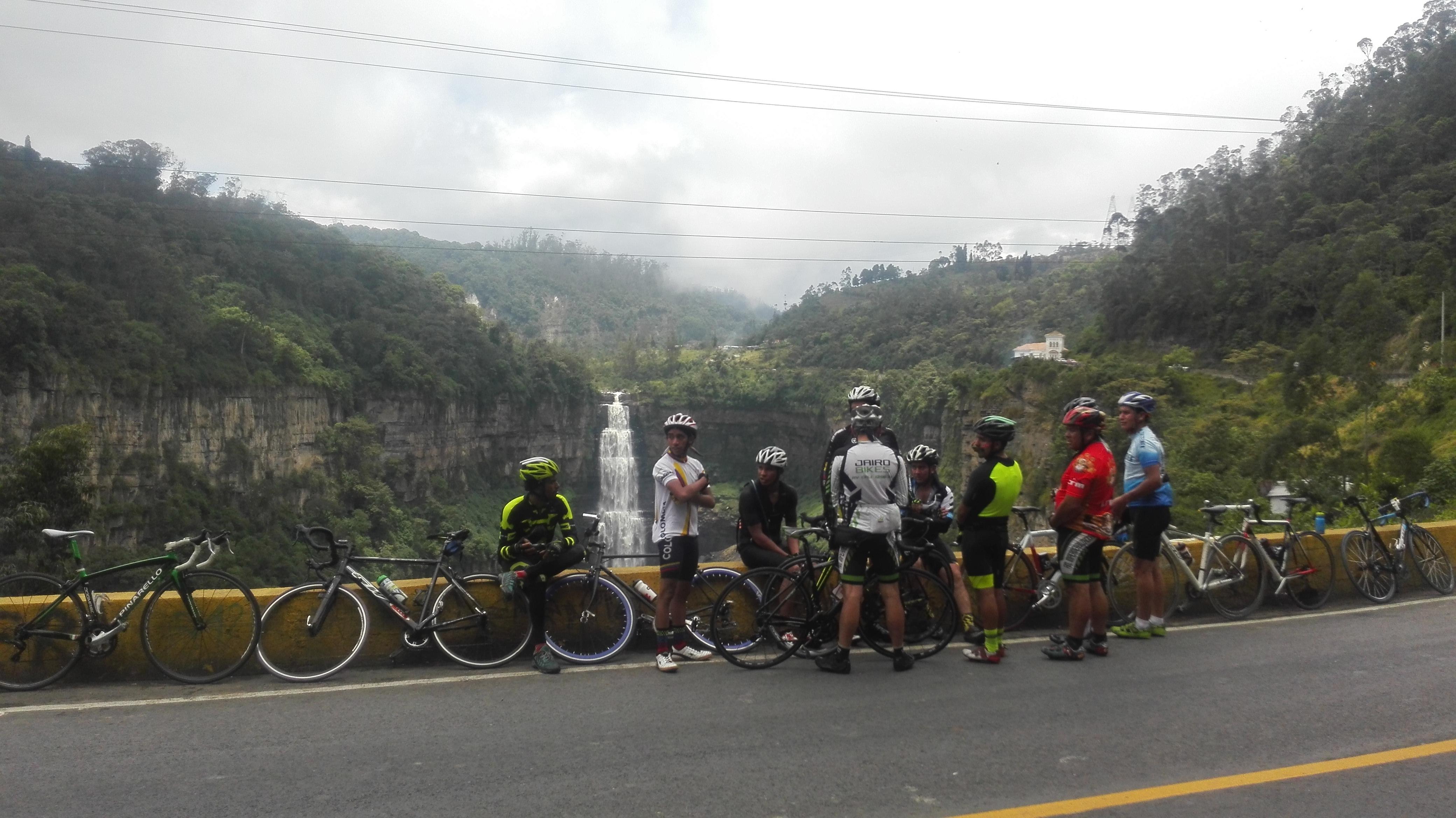 Ciclistas contemplan la belleza imponente del salto