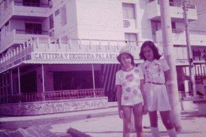 Clara, en las playas de El Rodadero, junto con una amiga