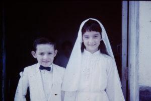 Durante su primera comunión, con su hermano menor