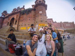 Con amigos del hostal en Varanasi, India