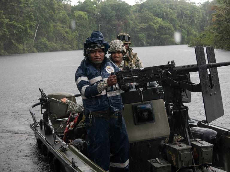 Con el principal grupo guerrillero de Colombia (las FARC) desmovilizado, las Fuerzas Armadas tienen más tiempo para perseguir a los criminales ambientales. Foto de Bram Ebus para Mongabay