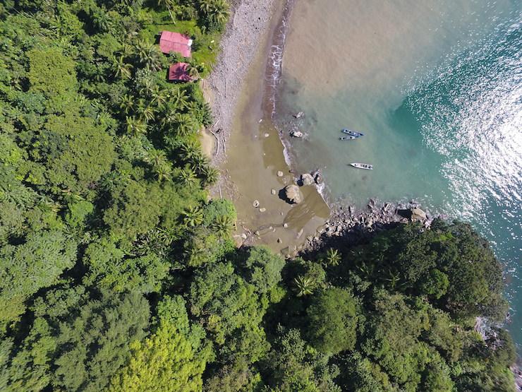 En la nueva área protegida convergen la selva húmeda del Chocó con el azul intenso del mar pacífico. Foto: Fundación MarViva.
