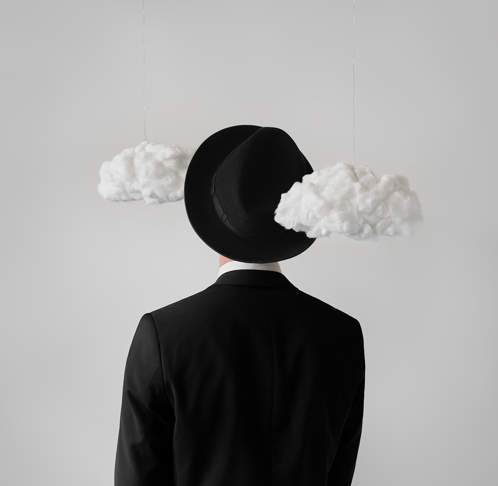 Fotografía de Naomi White, de la serie inspirada en René Magritte.
