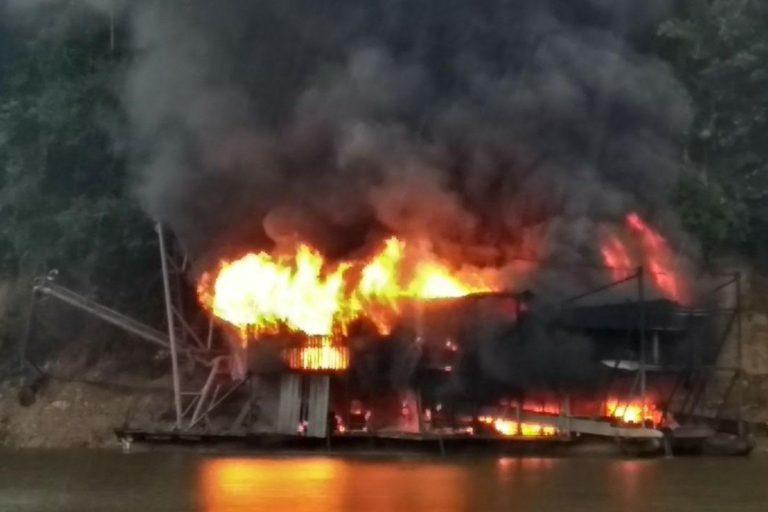 La draga de una mina de oro ilegal en el río Jandiatuba en llamas a finales de agosto durante una redada del ejército brasileño, el Ministerio Público Federal y el Instituto Brasileño del Medioambiente y de los Recursos Naturales Renovables. Foto por cortesía del ejército brasileño.