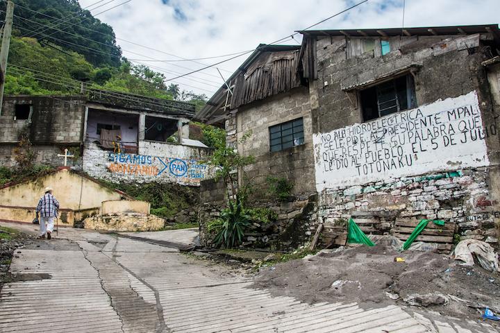 Los pobladores de San Felipe Tepatlán han llenado las paredes de sus casas con inscripciones, demostrando su oposición a la hidroeléctrica. Foto: Martina Zoldos.