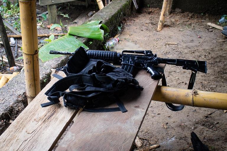 Un rifle de asalto M16 y su funda. El ELN utiliza sobre todo M16, AK47 y galiles. Noanamá, Chocó. Foto de Maximo Anderson/Mongabay.