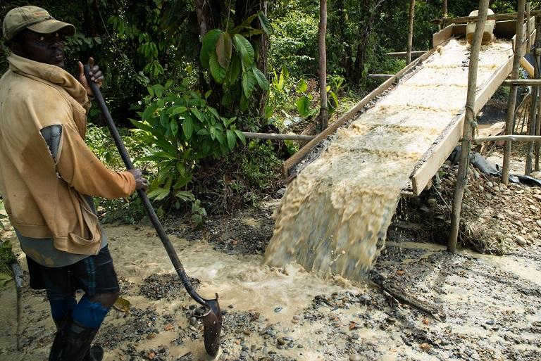 Minero trabajando en una pequeña mina, Noanamá, Chocó. Foto de Maximo Anderson/Mongabay.