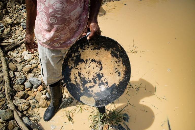 Un minero sostiene un cuenco tradicional que se utiliza para lavar oro a mano, Noanamá, Chocó. Foto de Maximo Anderson/Mongabay.