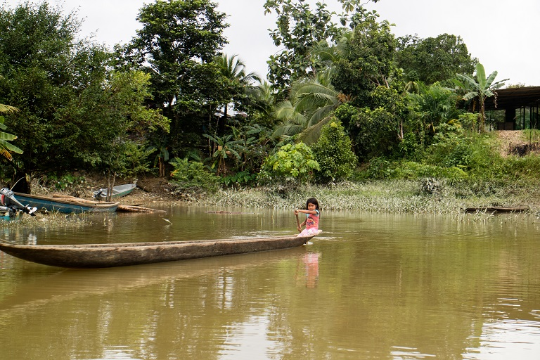 Una niña de la comunidad indígena wounaan rema en un bote en el río San Juan, en la cuenca de San Juan, Chocó. Foto de Maximo Anderson/Mongabay.
