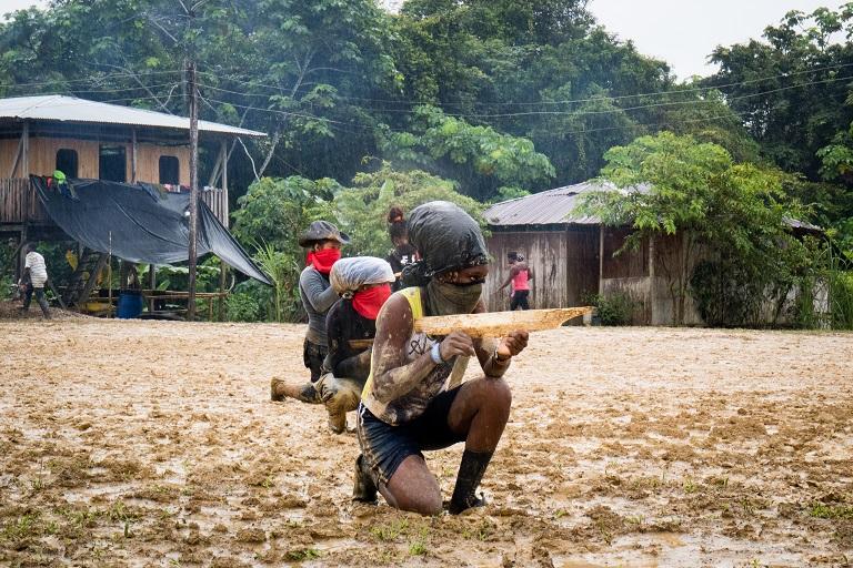 Mujer combatiente del ELN realiza su entrenamiento matutino en Noanamá, Chocó. Foto de Maximo Anderson/Mongabay.