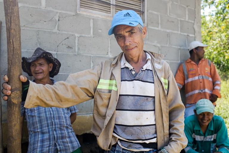 Lugareños en las afueras de El Salado hacen una pausa del trabajo durante el calor abrasador del mediodía. Están poniendo postes eléctricos para la comunidad. Foto de Ana Cristina Vallejo/Mongabay.