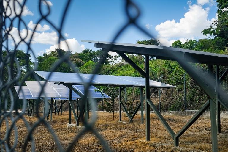 Paneles solares en El Salado, que dan electricidad al acueducto del pueblo (Montes de María); es el único acueducto de agua potable que funciona con energía solar en América Latina. Foto de Ana Cristina Vallejo/Mongabay.
