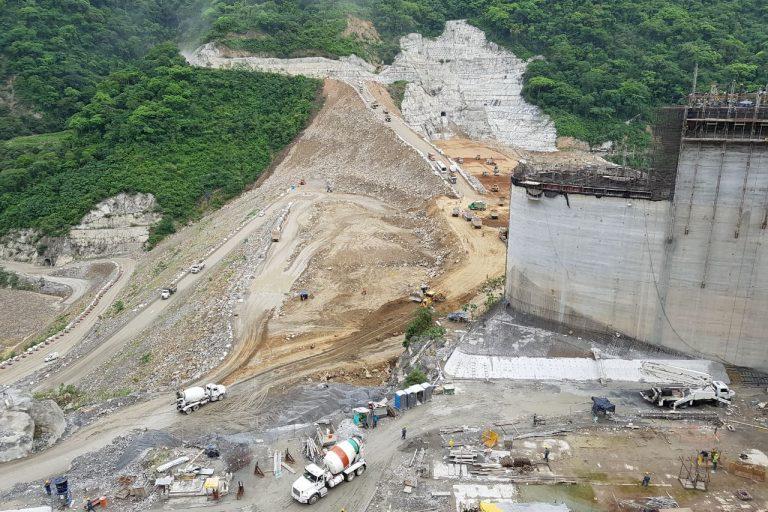 Se presume que grupos armados han dejado cuerpos sepultados al lado del Río Cauca, cerca donde se construye Hidroituango. Con el llenado del embalse desaparece la ilusión de encontrarlos. Foto: EPM.