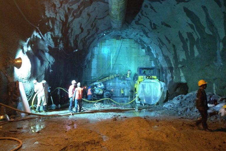 Uno de los túneles de desviación de la obra hidroeléctrica se taponó provocando una alarma de desastre. EPM anunció que dejaría inundar el cuarto de máquinas para permitir la salida de agua. Foto: EPM.