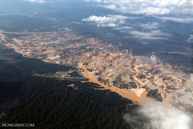 Perú: la mina de oro Río Huaypetue, en la frontera entre Madre de Dios y Puno. Foto: Rhett A. Butler