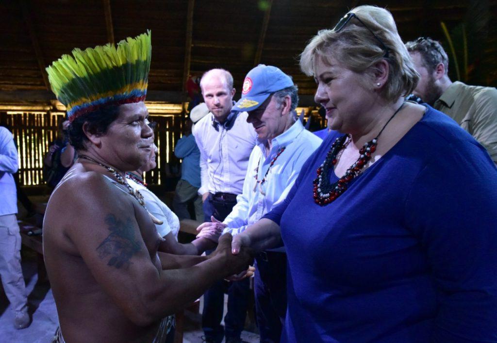 La Primera Ministra de Noruega Erna Solberg saluda a líderes indígenas en Leticia (Amazonas, Colombia).