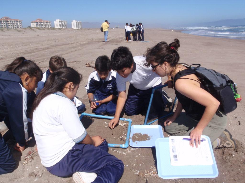 Estudiantes de colegios en Chile realizan investigación de campo sobre microplásticos. Foto: Científicos de la Basura.