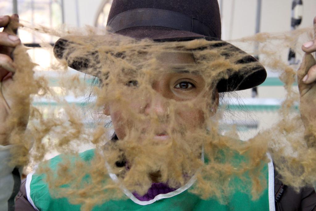Magaly posa con su trabajo finalizado. Las mujeres de Lucanas son las encargadas de limpiar las fibras para que sean enviadas a Lima y luego a distintos países que las adquieren, como Italia. Foto: Vanessa Romo /Mongabay Latam