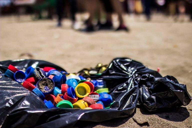 Varios países de América Latina están promoviendo leyes nacionales y locales para enfrentar el problema por contaminación de plásticos de un solo uso. Foto: L.O.O.P