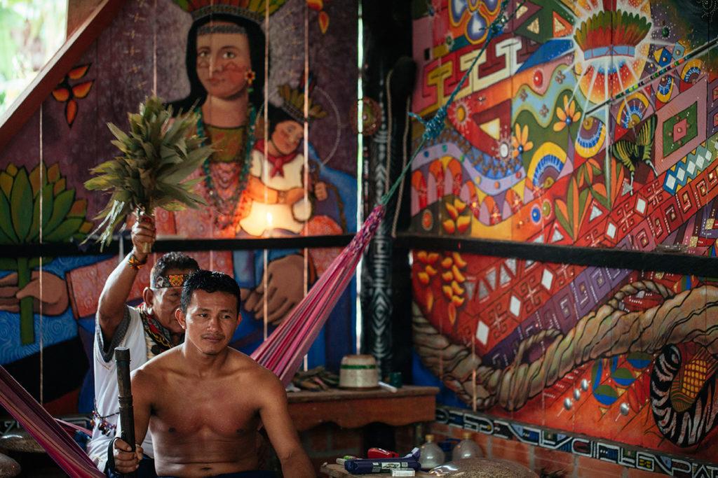 El Taita Humberto Piaguaje realiza una limpia a un miembro de la guardia indígena después de una ceremonia de yagé en San José de Wisuyá en marzo del 2018. Los Taitas brindan protección espiritual a la guardia. Foto: Mateo Barriga Salazar.